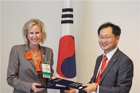 Lindsey Robinson welcomes the Gyeonggi Dental Association